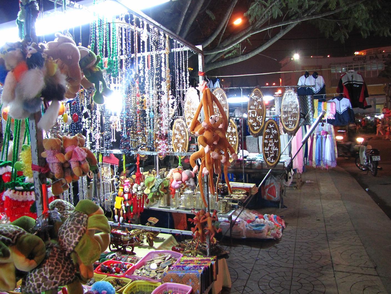 Cử hàng đồ trang sức tại chợ đêm Đà lạt